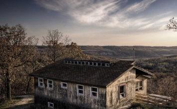 Вы не захотите остаться здесь на ночь: 10 заброшенных домов и их интерьеры в 100 фотографиях