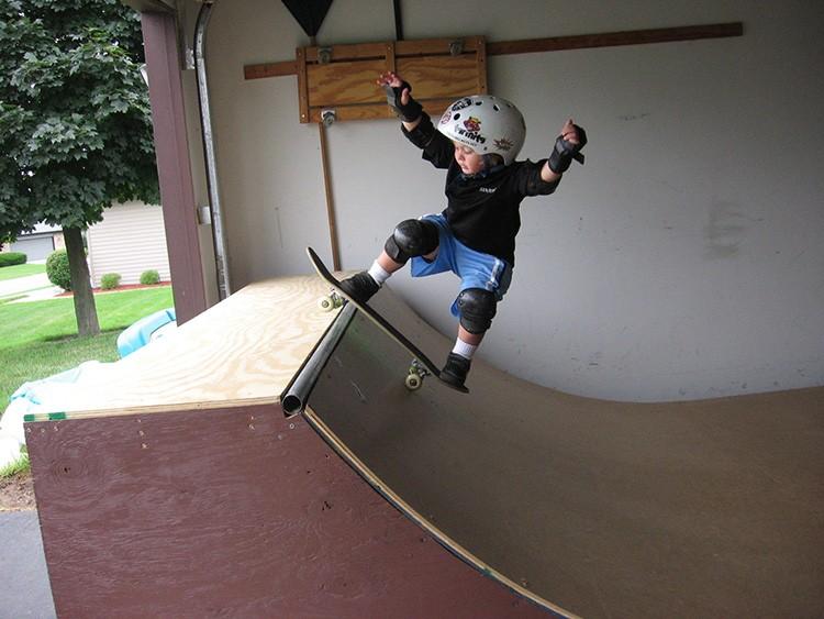 Площадка для скейтборда занимает много места и нуждается в заграждении и мерах безопасности