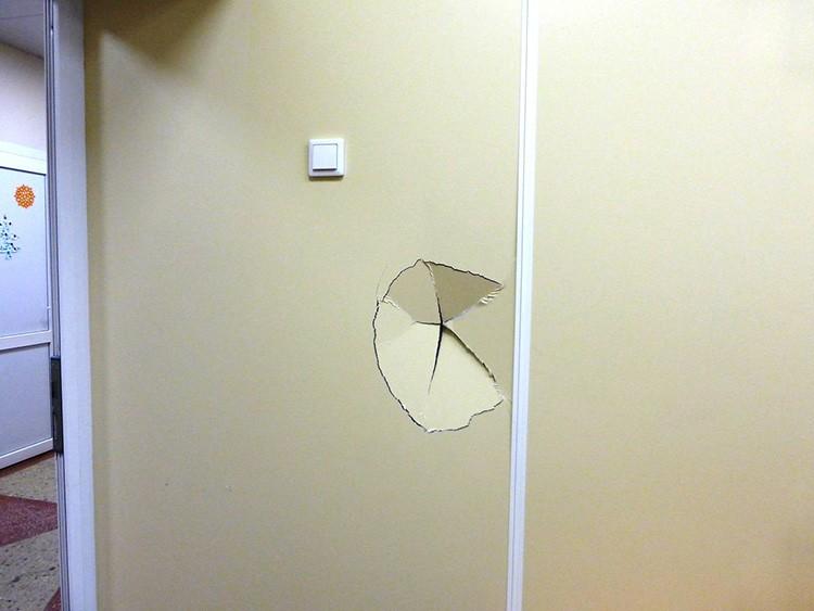 Такие стены порой не выдерживают даже удара мячом