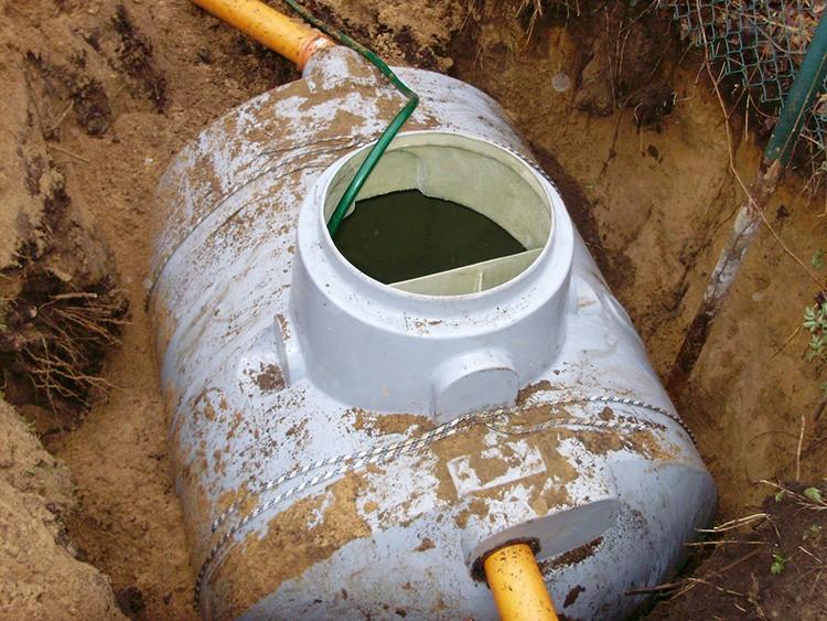 После очистки септик нужно заполнить водой, чтобы подмерзающая почва его не деформировала