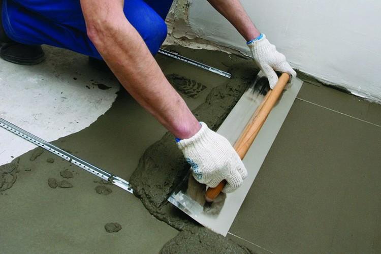 Иногда требуется не только демонтаж покрытия, но и заливка новой стяжки