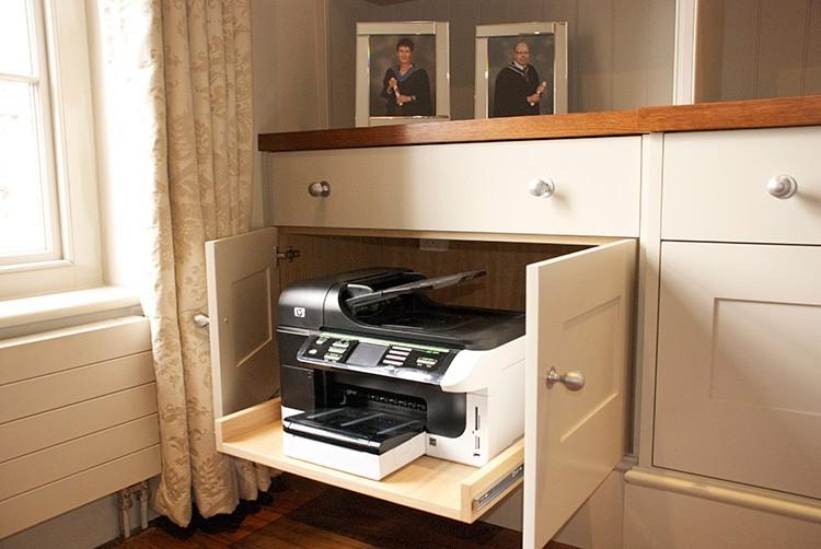 Если такой шкаф вам не подходит, часть техники можно просто спрятать в ящиках стола. Они выдвигаются по мере необходимости