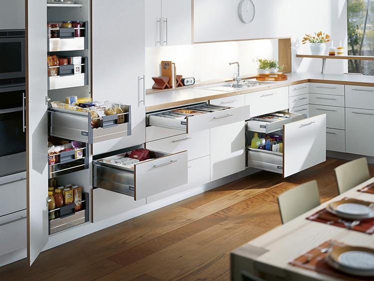 Выдвижные ящики с доводчиками, корзины для посуды, крепление для мусорного ведра, встроенные розетки – всё это признаки современной кухонной мебели