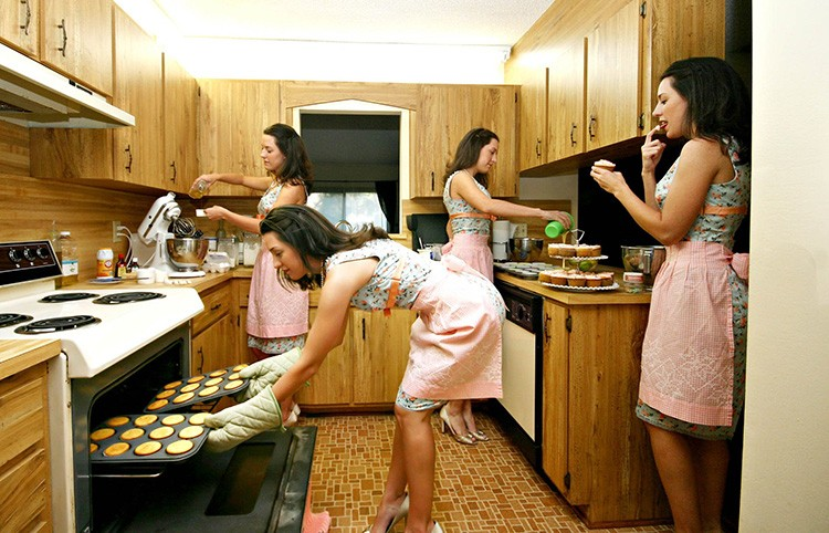 Работа на кухне всегда предполагает многочисленные перемещения. Чем их меньше – тем удобнее