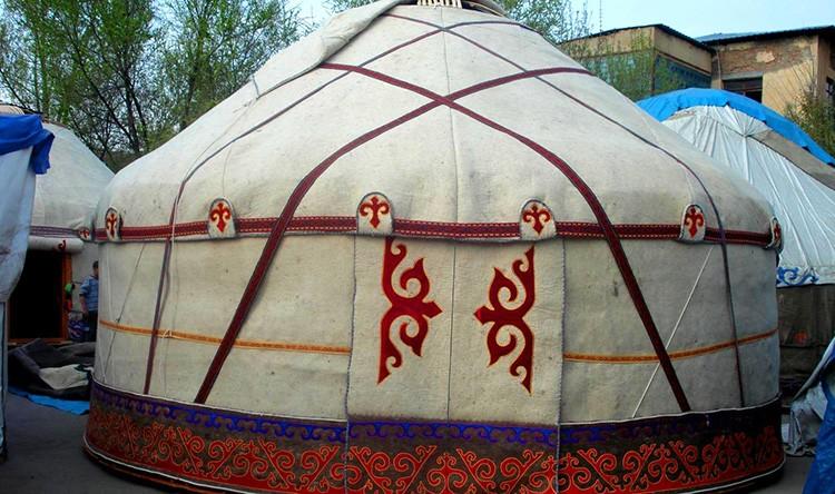 Кочевые народы с традиционным укладом и по сей день живут в юртах из овечьего войлока