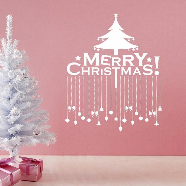 Есть множество трафаретов с новогодней и рождественской тематикой. Их можно прикрепить к стене канцелярскими гвоздиками.