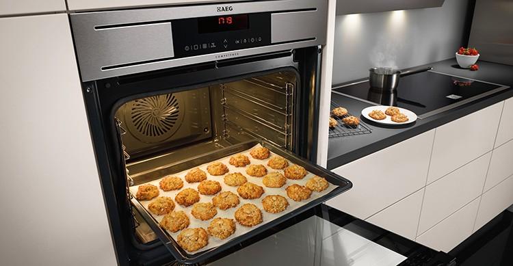 Духовой шкаф может вам пожарить курочку на вертеле, с помощью конвекции можно идеально подрумянить кексы, кроме того вас ждут разные режимы выпекания.
