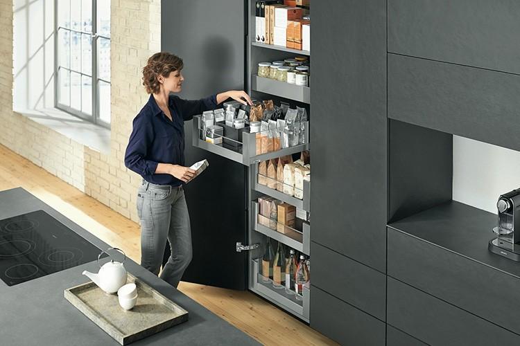 Сходите в гости к друзьям и посмотрите, что есть у них на кухне: может быть, вам захочется именно такой подъёмный механизм для полок или выдвижные корзины