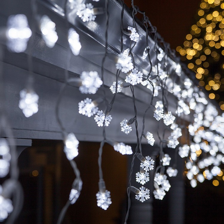Свисающие светодиодные гирлянды не помешают, если они висят выше головы самого высокого человека в доме. Но можно развесить и длинные гирлянды — по краям коридора.