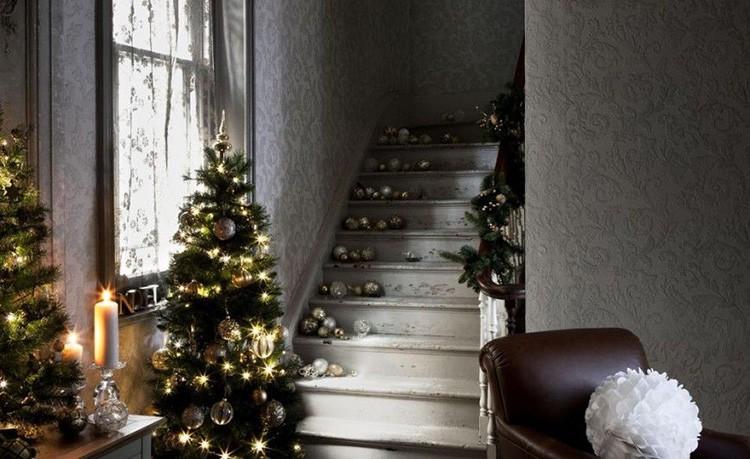 Переходы в лестницу прекрасно оформляются ёлками и игрушками по краям ступенек.