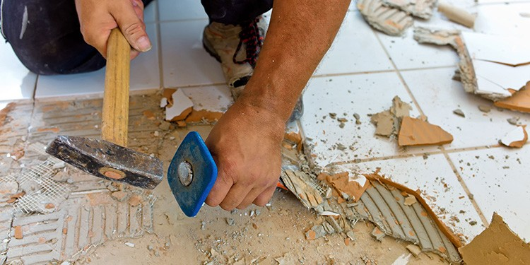 При демонтаже покрытия образуется много мусора и пыли