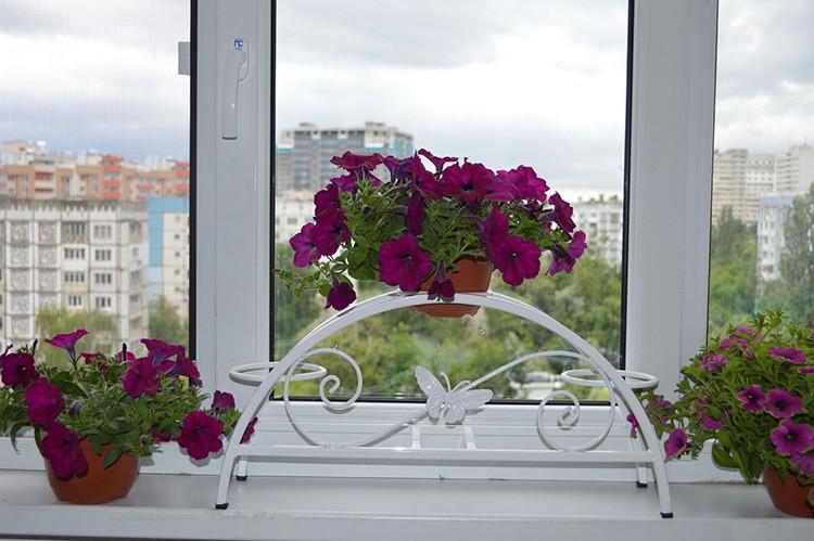 Впрочем, если вы собираетесь держать цветы именно на окне, вам вряд ли удастся найти такую подставку, которая бы не мешала открывать створки