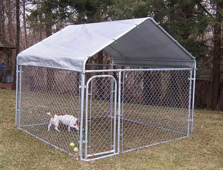 Открытые или закрытые временные конструкции ограждены сеткой, реже — забором. Крыша отсутствует у построек открытого типа. У закрытого типа предполагается навес.