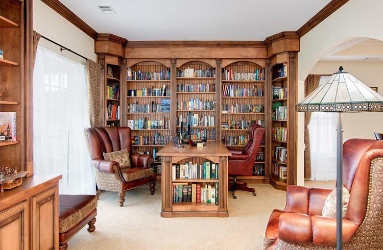 Книжный шкаф должен соответствовать стилистике интерьера помещения, в котором он установлен