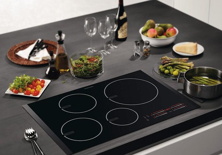 Такая плита не нагревается, пока на неё не поставишь кастрюлю с магнитным дном