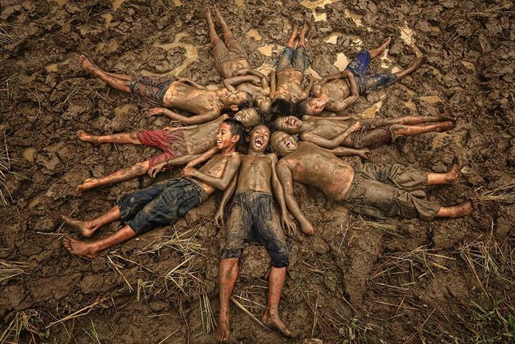 Просто утоптанная земля и песок – возможно, но представляете, сколько будет стирки каждый день?