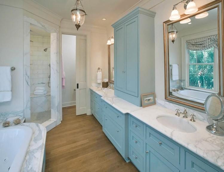 Гармоничное сочетание бежевого и нежно-голубого цвета в интерьере ванной