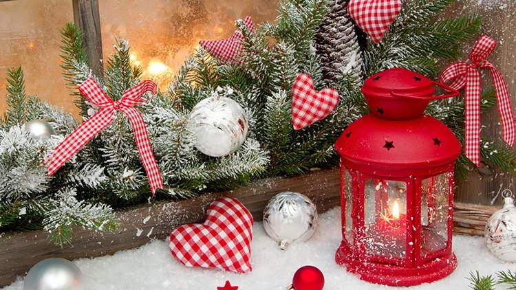 Композиция из веток ели, искусственного снега и фонарика-подсвечника может быть удачно расположена на подоконнике.