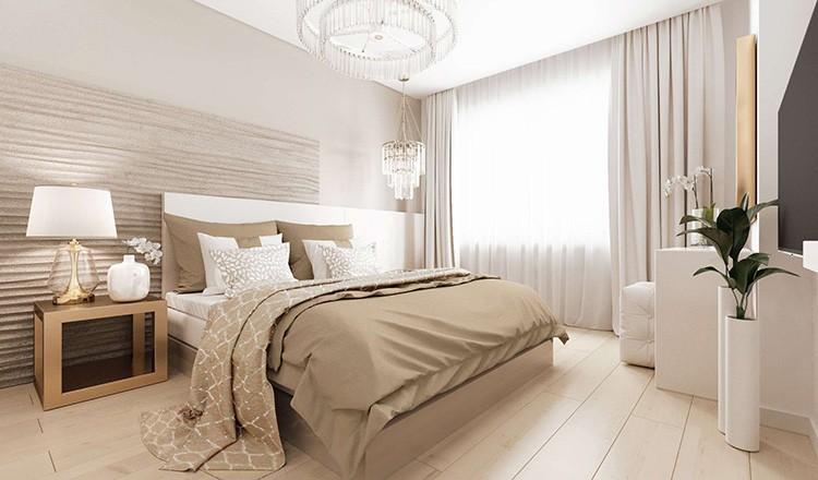 Пол бежевой спальни на несколько оттенков темнее, чем стены