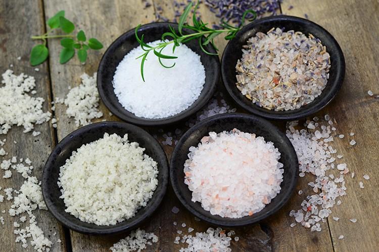 Соль будет вытягивать из атмосферы лишнюю влагу