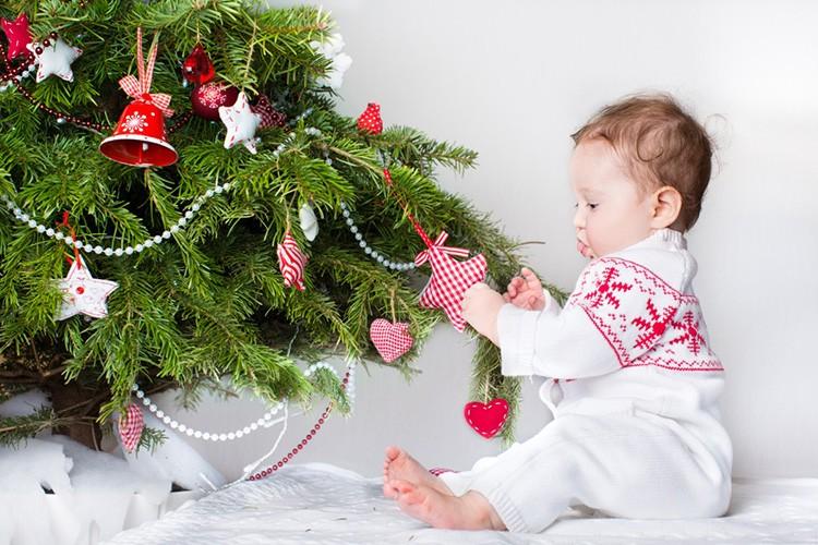 Безусловно, играет роль возраст ребёнка. Подростковые помещения выиграют от дозы креатива, а комната малыша может быть оформлена с помощью ёлки и воздушных шаров.