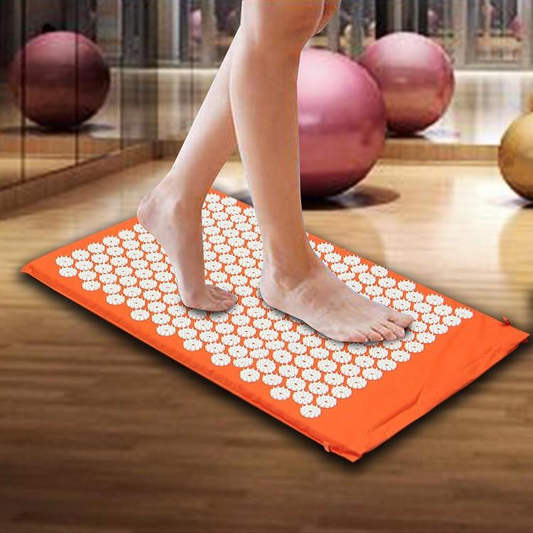 На оранжевом коврике можно массировать не только спину, но и ступни, а также другие части тела