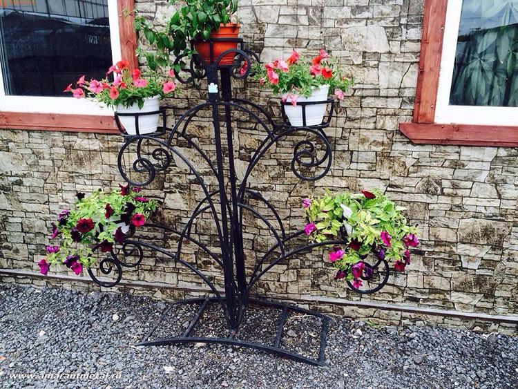 Металлические конструкции можно смело использовать и на улице, продавцы цветов так и делают