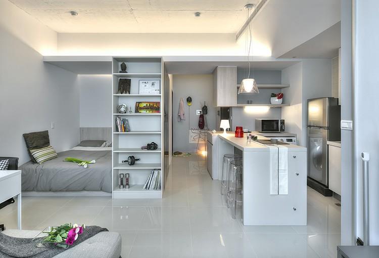 Для молодой пары маленькую квартиру можно оформить в стиле минимализм, а глянцевый пол визуально будет расширять пространство