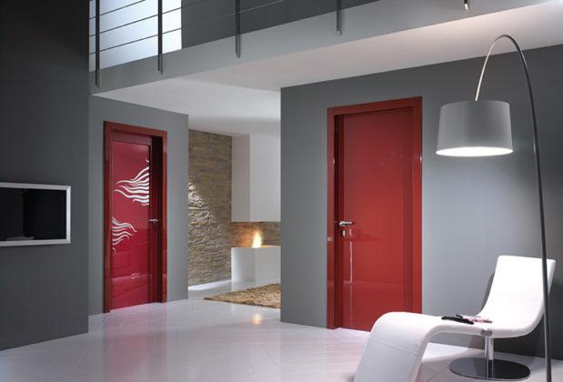 🚪 Почему выбирают глянцевые межкомнатные двери: фото в интерьере и отличительные особенности