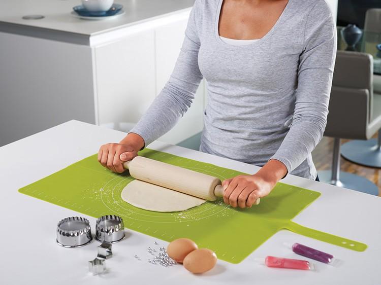 К ней ничего не прилипает, её удобно мыть, а кроме того, доска сворачивается в компактный рулончик, который можно хранить в ящике стола