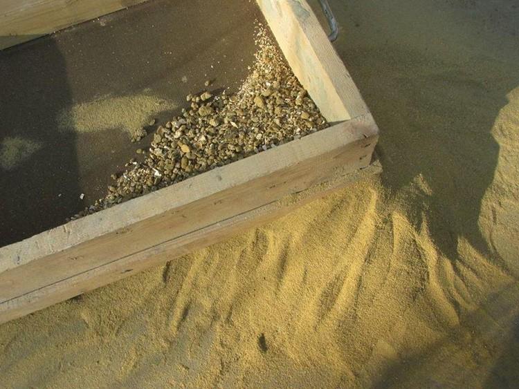Просеивание песка через сито – один из способов проверки его качества