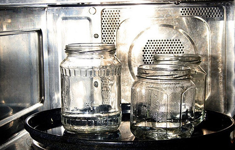 Вода в стеклянных ёмкостях закипит и пар обработает все стенки сосудов