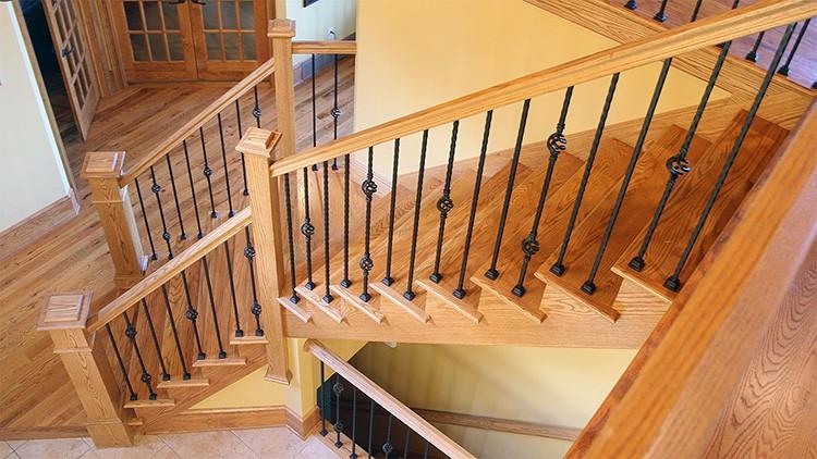 По лестнице с перилами подниматься намного проще