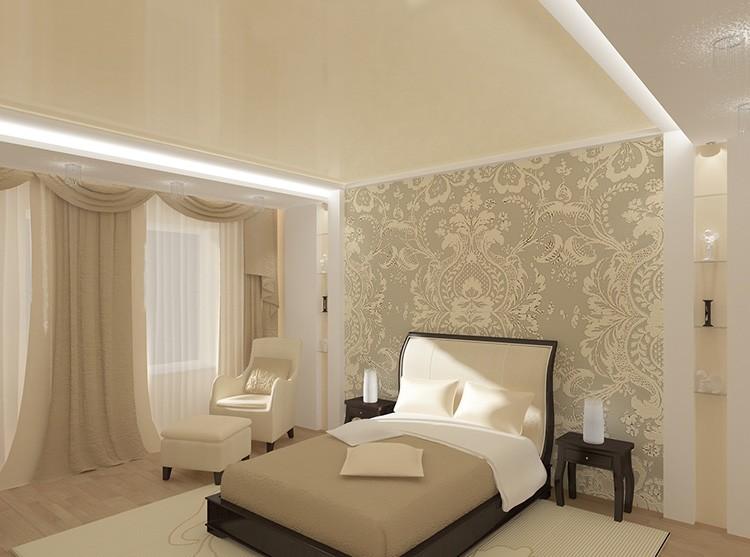 «Сливочный» потолок в спальне в бежевых тонах