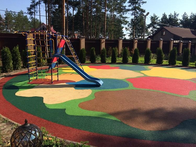 Цветное резиновое покрытие украсит место детских игр