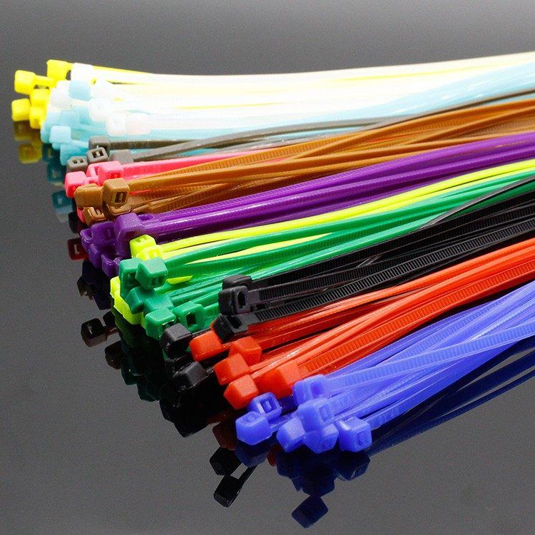 Пластиковые хомуты легко подобрать под цвет ваших проводов, или напротив, сделать их контрастными