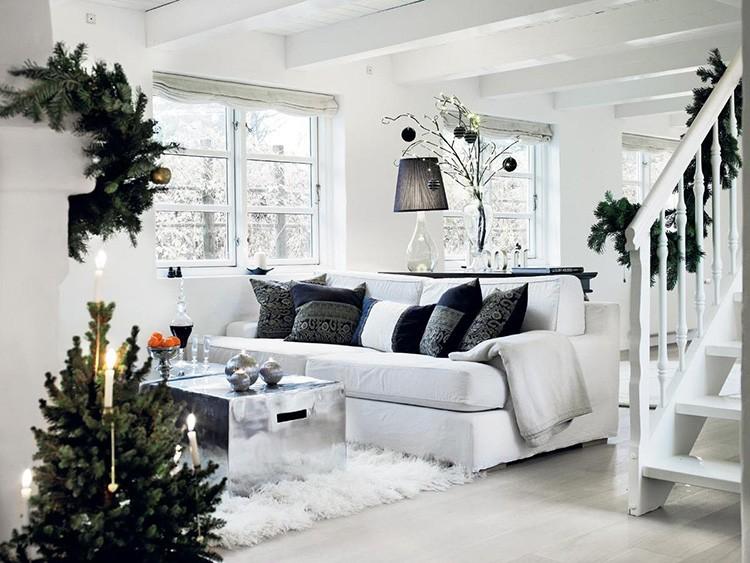 Комнату в бело-чёрном дизайне идеально дополнит хвойный декор из еловых веток, венков и гирлянд.