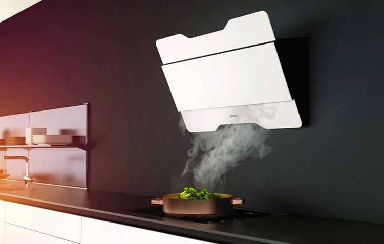 Если вы пренебрегаете специальными средствами для вентиляции, атмосфера всего дома будет пропитана запахом жареной рыбы или оладий, а это не самые популярные ароматы