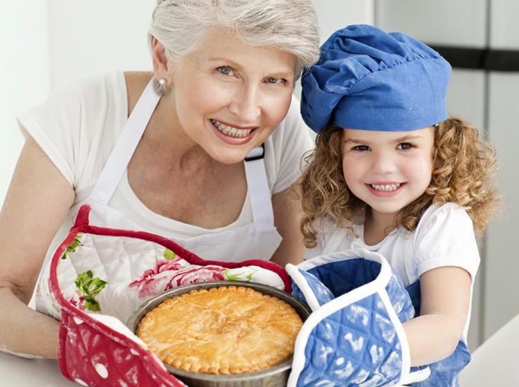 Этот подарок будет служить ей бесконечно долго, и каждый раз, занимаясь готовкой, она будет вспоминать вас добрым словом, поверьте