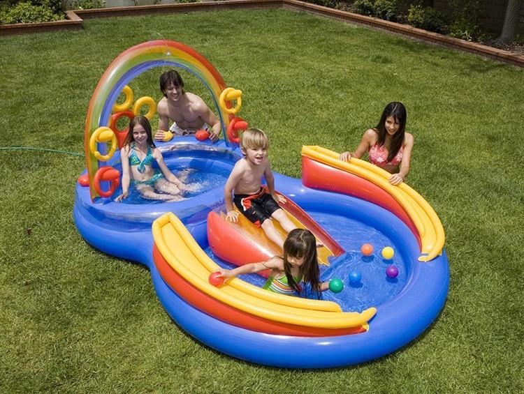 Мелкий бассейн, чтобы солнце хорошо прогрело воду, и ребёнок мог плескаться без риска нахлебаться воды