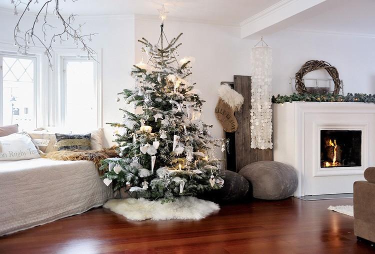 Ёлка в центре комнаты остаётся традиционным символом Нового года.