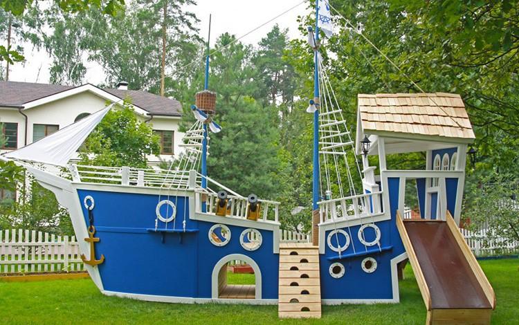 Детям понравятся развлекательные комплексы в какой-то оригинальной форме, например, детская площадка-корабль для маленьких путешественников