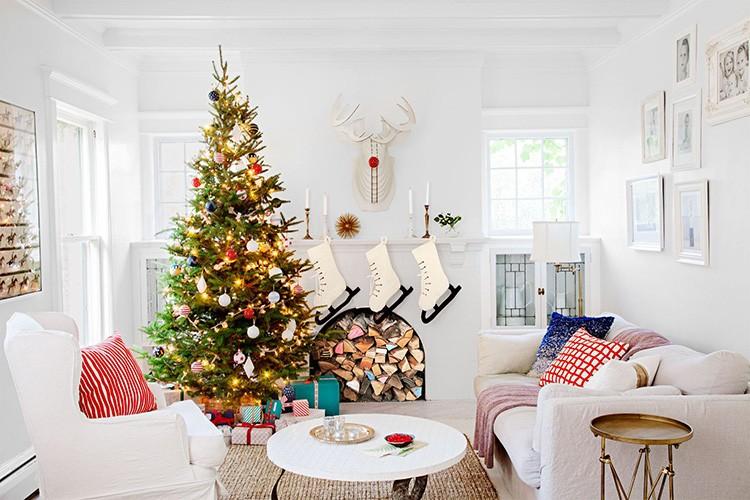 Текстиль сам по себе является участником декора. Пледы, подушки в традиционных новогодних расцветках и принтах хорошо играют свою роль.