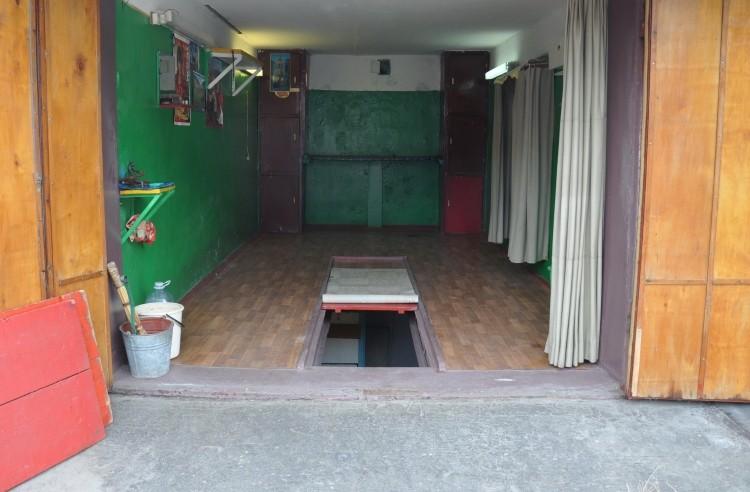 В подвал можно попасть из смотровой ямы