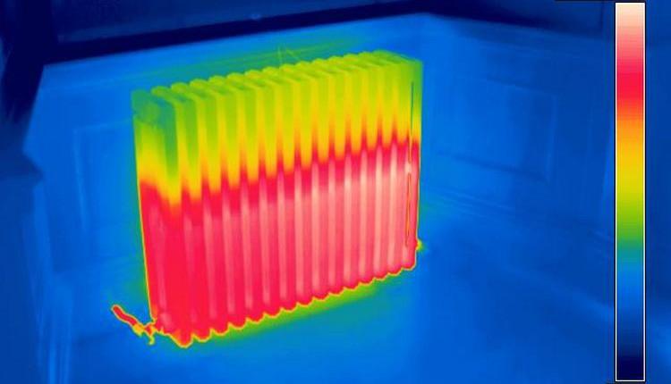 Вот такую картину можно иногда наблюдать при проверке радиатора тепловизором