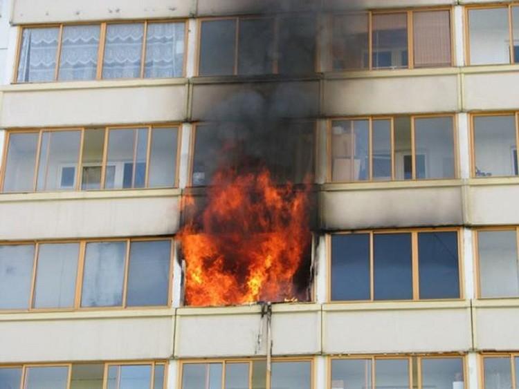 Возникший в одной из квартир пятиэтажки огонь может уничтожить весь подъезд или даже дом