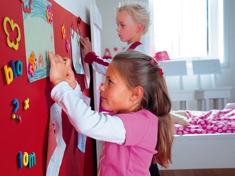 С такой стеной можно дать волю своей фантазии: от рисунков до размещения картин и фотографий