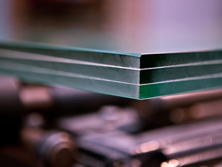 Триплекс – новое слово в производстве стекла. Со временем он заменит обычный материал.
