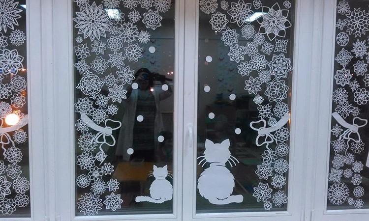 Бумажные узоры на стёклах помогут создать праздничную атмосферу