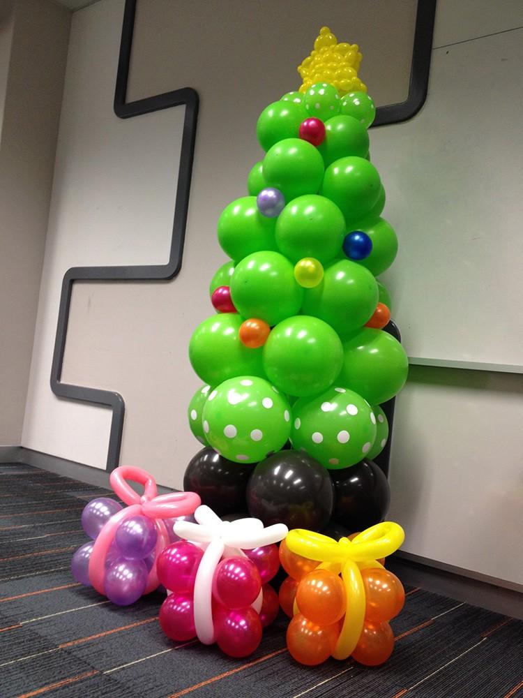Новогодние фигуры из воздушных шаров – актуальный вариант для дома и детского учреждения